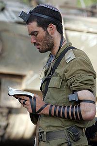 200px-IDF_soldier_put_on_tefillin