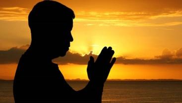 orando-silueta-hombre